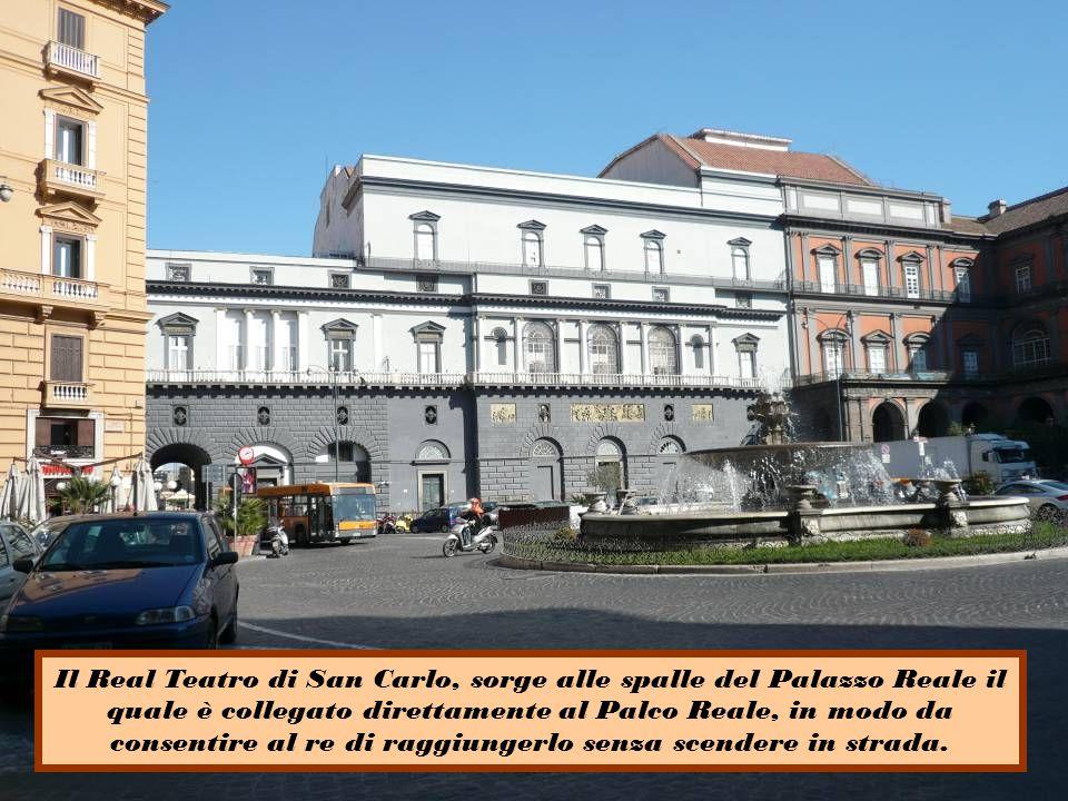 Il Real Teatro di San Carlo, sorge alle spalle del Palazzo Reale il quale è collegato direttamente al Palco Reale, in modo da consentire al re di raggiungerlo senza scendere in strada.