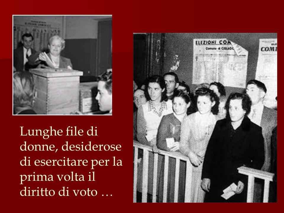 Lunghe file di donne, desiderose di esercitare per la prima volta il diritto di voto …
