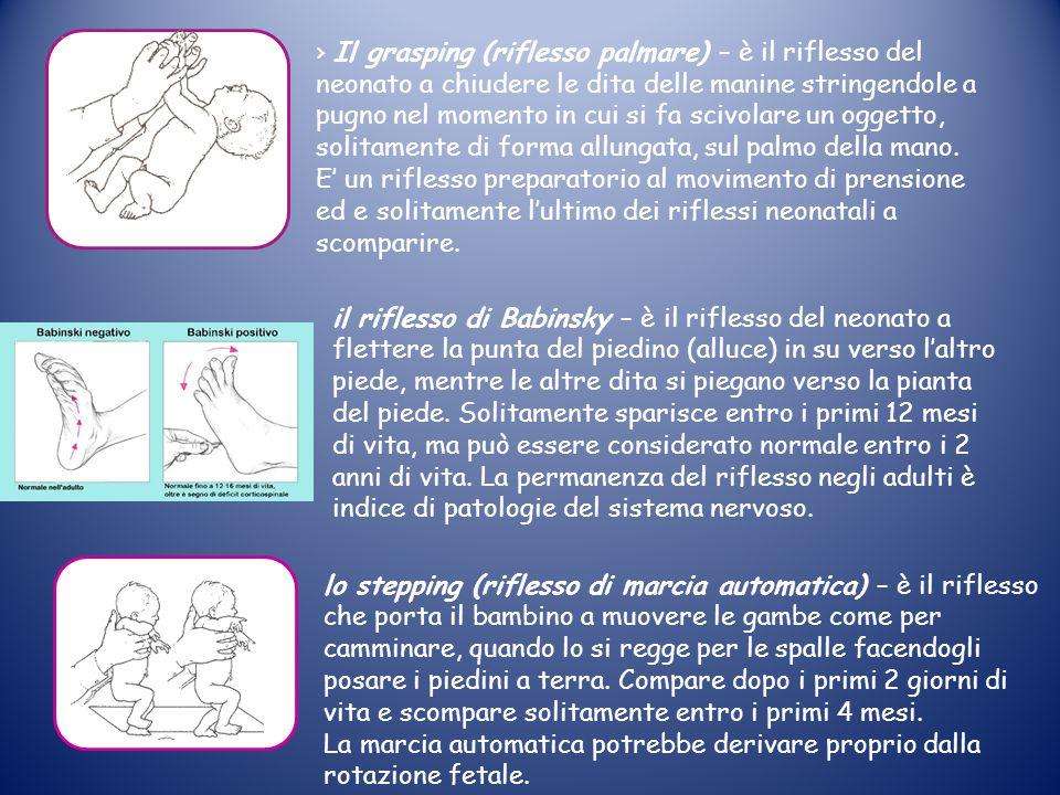 › Il grasping (riflesso palmare) – è il riflesso del neonato a chiudere le dita delle manine stringendole a pugno nel momento in cui si fa scivolare un oggetto, solitamente di forma allungata, sul palmo della mano. E' un riflesso preparatorio al movimento di prensione ed e solitamente l'ultimo dei riflessi neonatali a scomparire.
