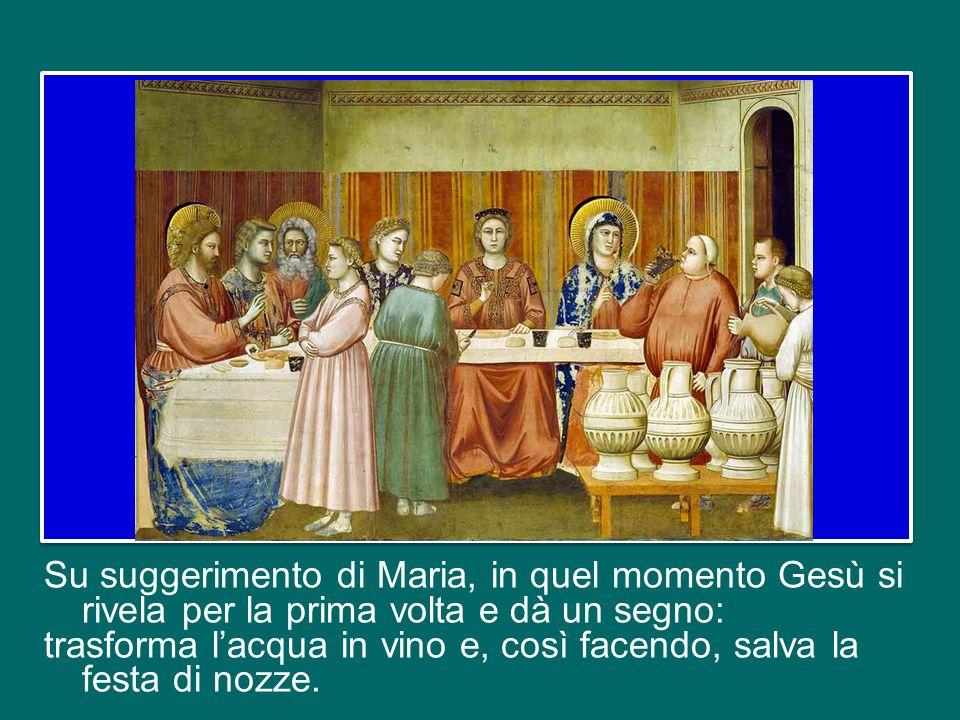 Su suggerimento di Maria, in quel momento Gesù si rivela per la prima volta e dà un segno: trasforma l'acqua in vino e, così facendo, salva la festa di nozze.