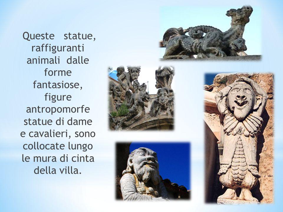 Queste statue, raffiguranti animali dalle forme fantasiose, figure antropomorfe statue di dame e cavalieri, sono collocate lungo le mura di cinta della villa.