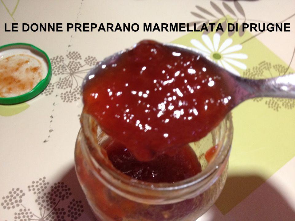 LE DONNE PREPARANO MARMELLATA DI PRUGNE
