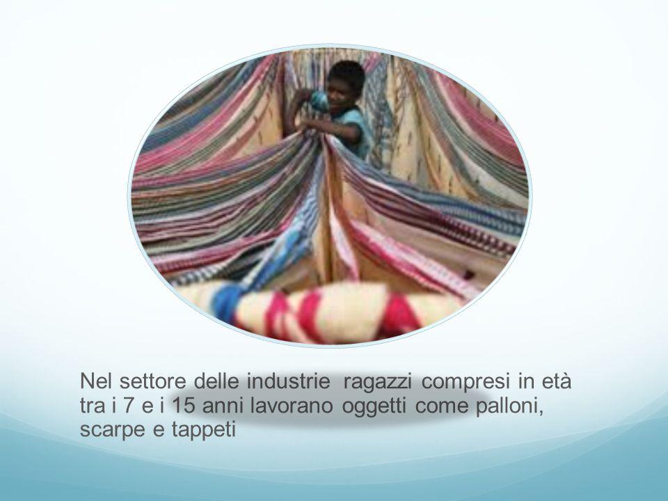 Nel settore delle industrie ragazzi compresi in età tra i 7 e i 15 anni lavorano oggetti come palloni, scarpe e tappeti