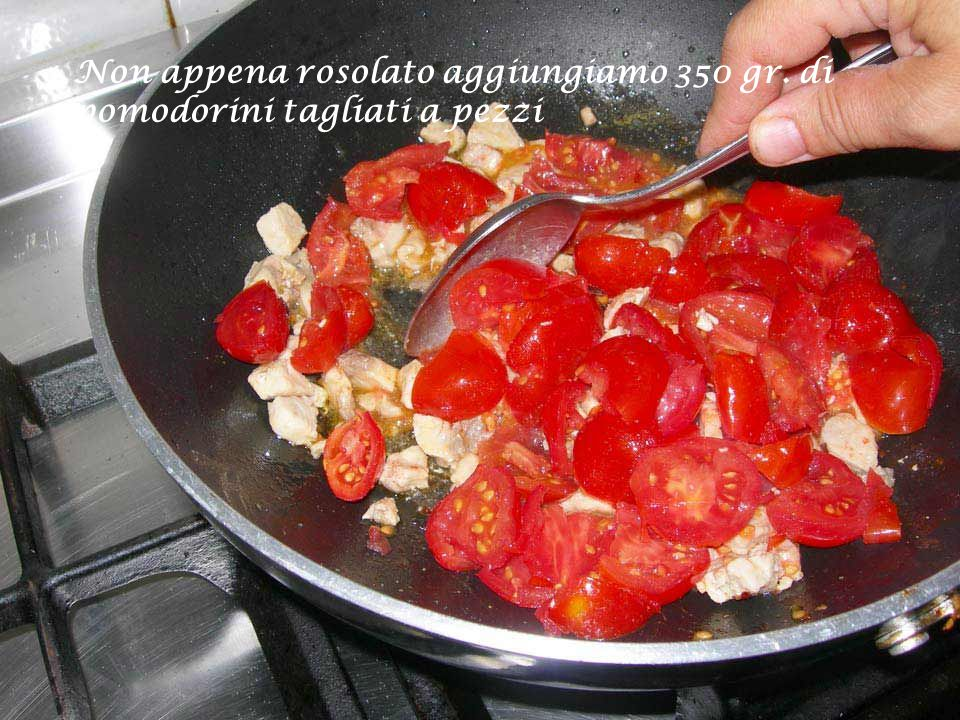 Non appena rosolato aggiungiamo 350 gr. di pomodorini tagliati a pezzi
