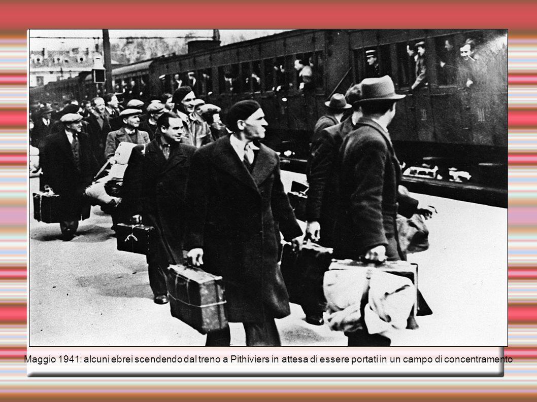 Maggio 1941: alcuni ebrei scendendo dal treno a Pithiviers in attesa di essere portati in un campo di concentramento
