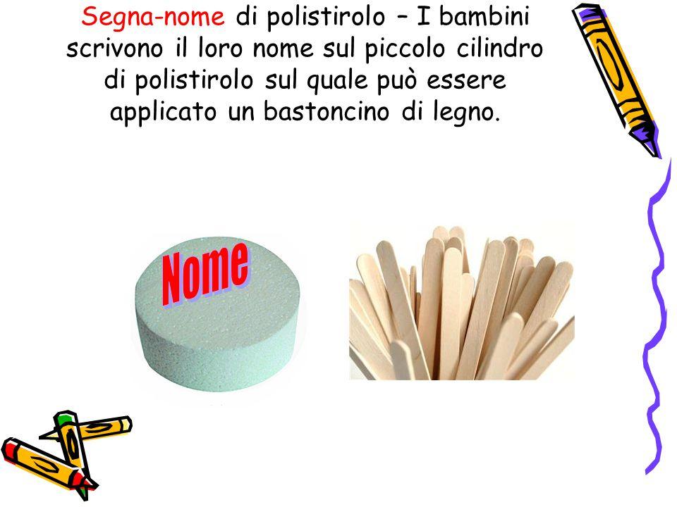 Segna-nome di polistirolo – I bambini scrivono il loro nome sul piccolo cilindro di polistirolo sul quale può essere applicato un bastoncino di legno.