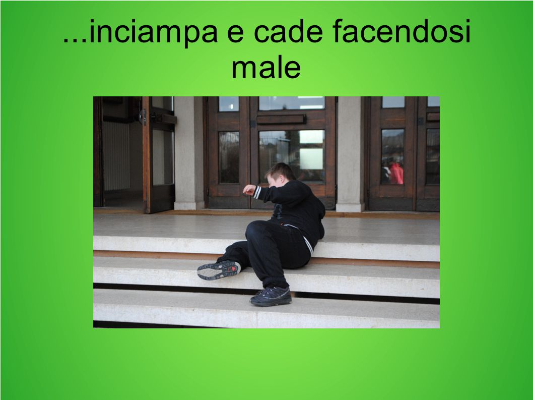 ...inciampa e cade facendosi male