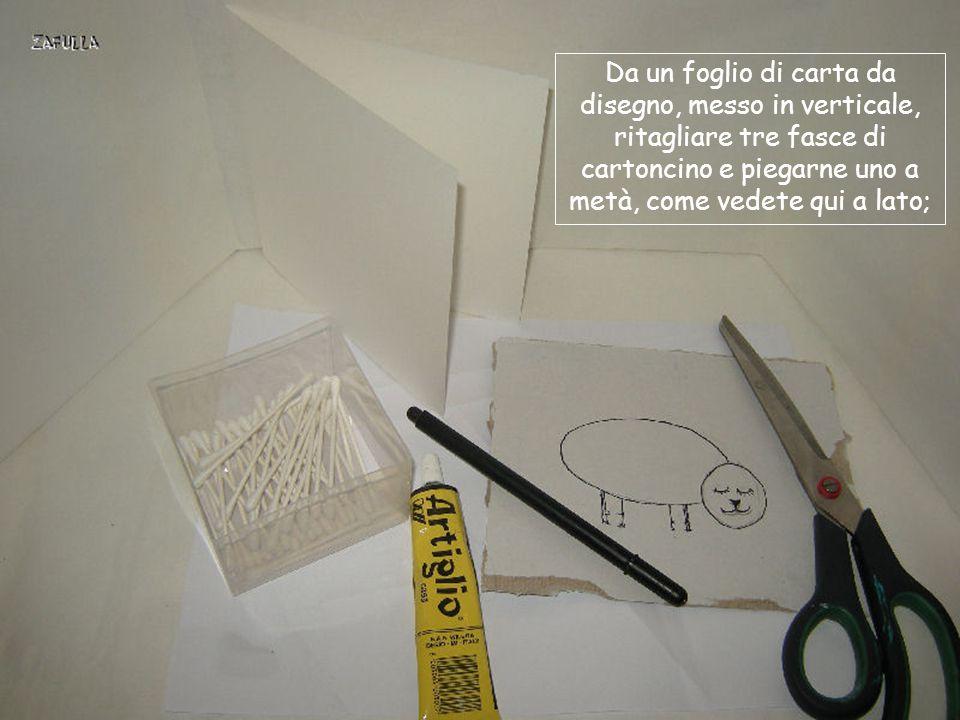 Da un foglio di carta da disegno, messo in verticale, ritagliare tre fasce di cartoncino e piegarne uno a metà, come vedete qui a lato;