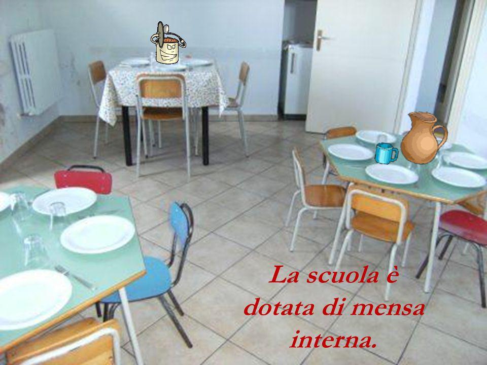 La scuola è dotata di mensa interna.
