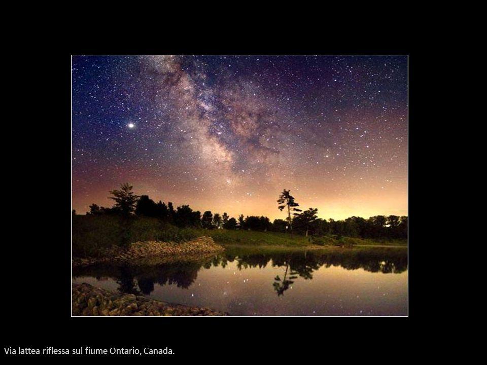 Via lattea riflessa sul fiume Ontario, Canada.