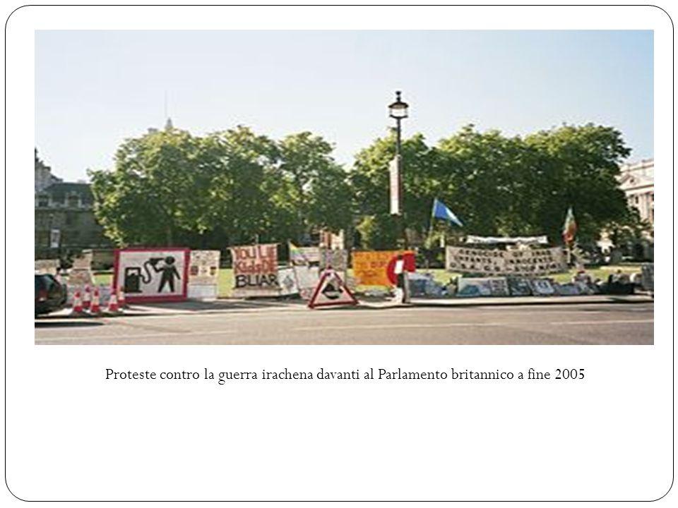 Proteste contro la guerra irachena davanti al Parlamento britannico a fine 2005