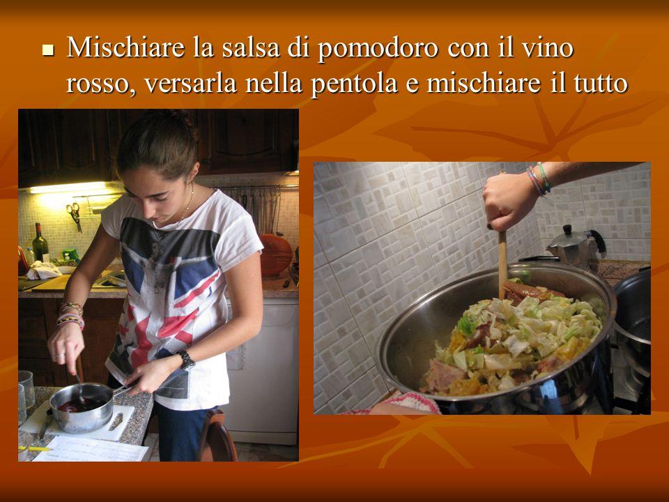 Mischiare la salsa di pomodoro con il vino rosso, versarla nella pentola e mischiare il tutto