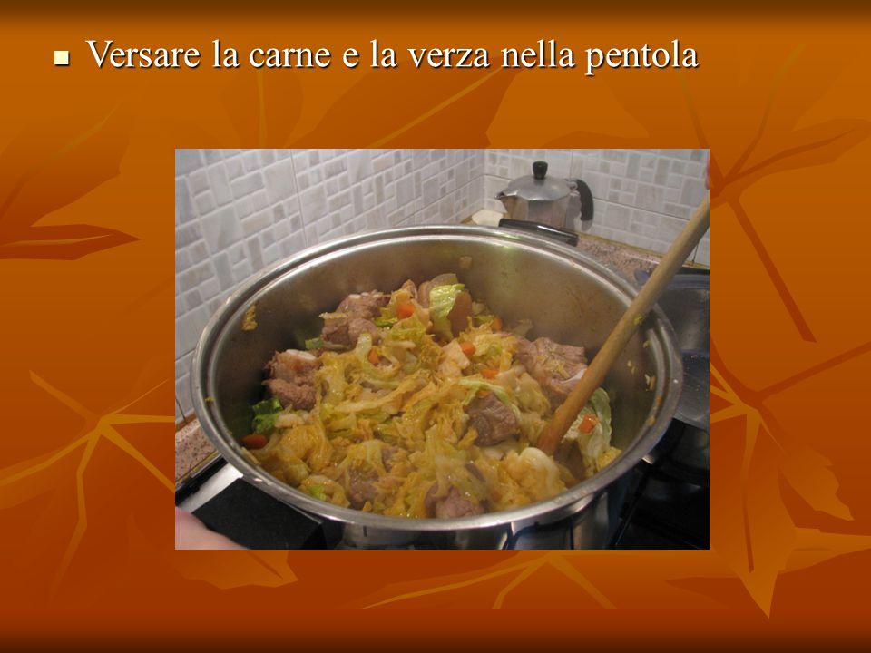 Versare la carne e la verza nella pentola