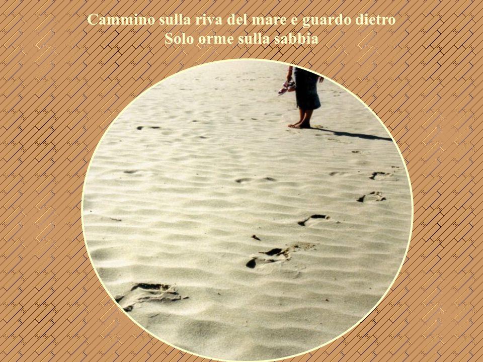 Cammino sulla riva del mare e guardo dietro