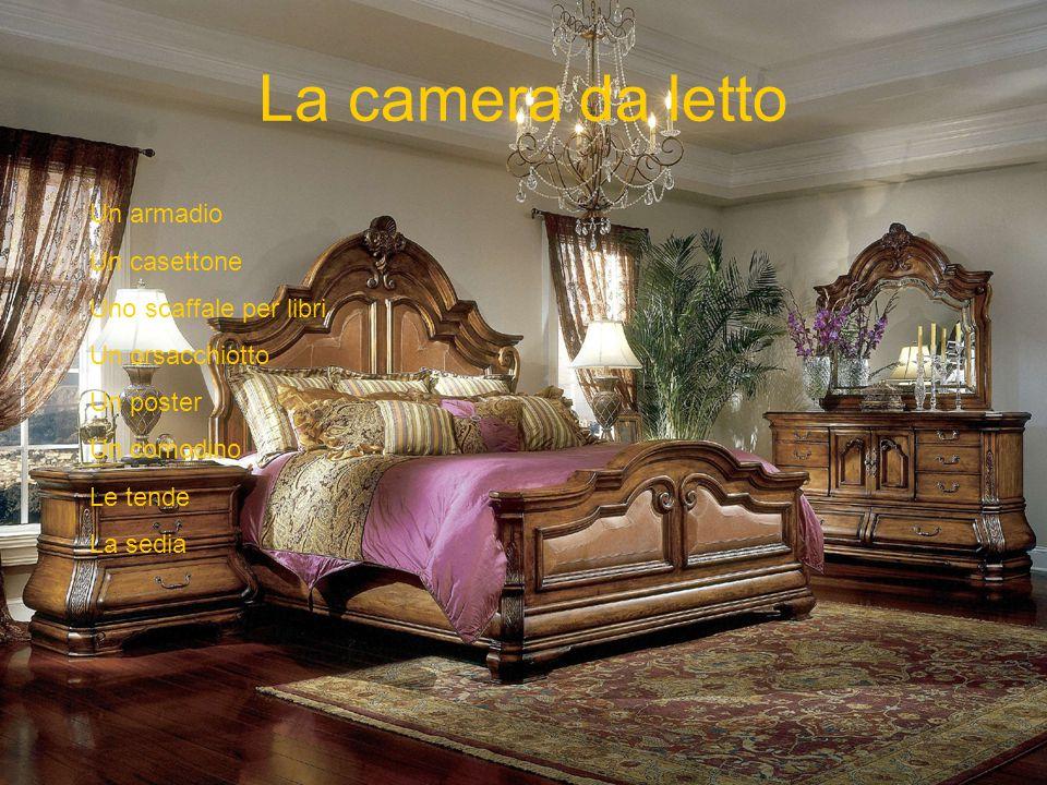 La camera da letto Un armadio Un casettone Uno scaffale per libri