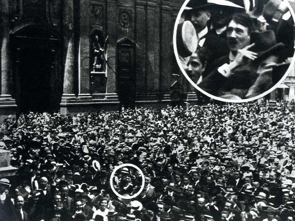 Monaco di Baviera, 2 agosto 1914: manifestazione in una piazza a favore della guerra.