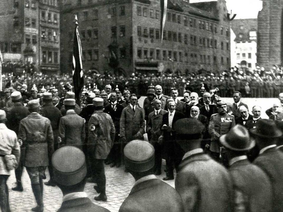 Settembre 1923: poco prima del tentativo di colpo di stato, Hitler organizza una manifestazione nazionalsocialista a Norimberga.