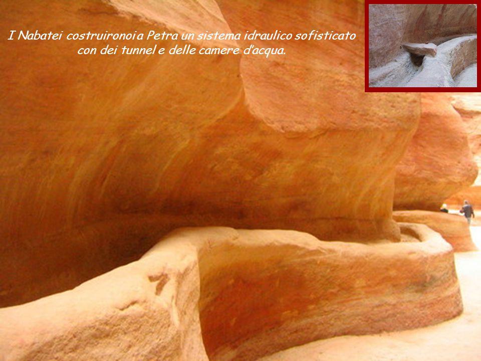 I Nabatei costruironoi a Petra un sistema idraulico sofisticato con dei tunnel e delle camere d'acqua.