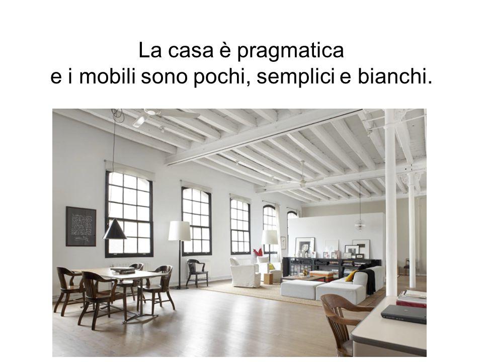 La casa è pragmatica e i mobili sono pochi, semplici e bianchi.