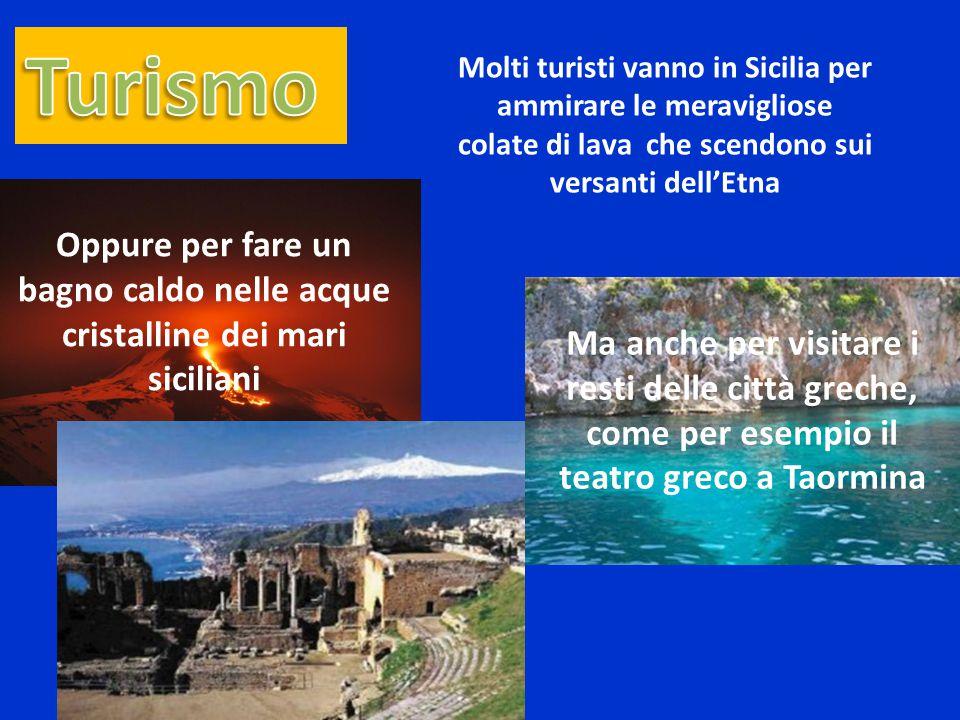 Turismo Molti turisti vanno in Sicilia per ammirare le meravigliose. colate di lava che scendono sui versanti dell'Etna.