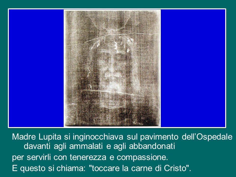 Madre Lupita si inginocchiava sul pavimento dell'Ospedale davanti agli ammalati e agli abbandonati per servirli con tenerezza e compassione.