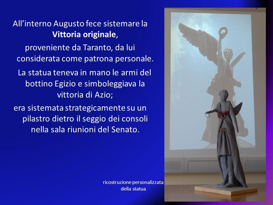 All'interno Augusto fece sistemare la Vittoria originale,