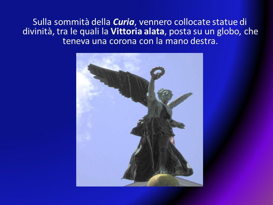 Sulla sommità della Curia, vennero collocate statue di divinità, tra le quali la Vittoria alata, posta su un globo, che teneva una corona con la mano destra.