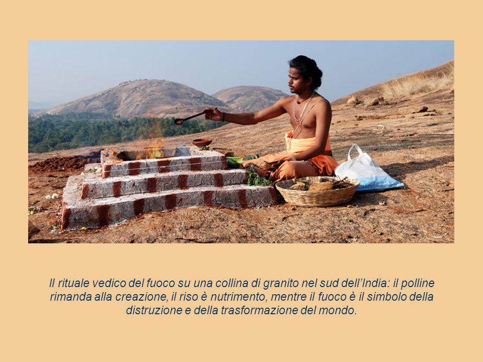 Il rituale vedico del fuoco su una collina di granito nel sud dell'India: il polline rimanda alla creazione, il riso è nutrimento, mentre il fuoco è il simbolo della distruzione e della trasformazione del mondo.