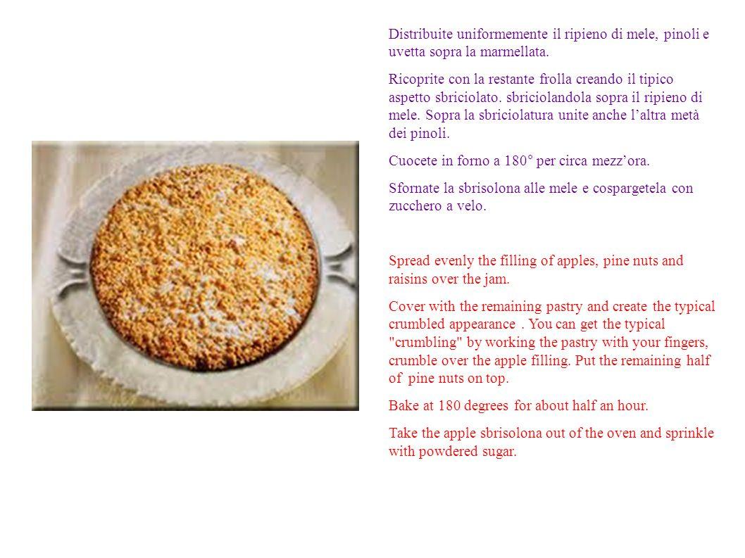 Distribuite uniformemente il ripieno di mele, pinoli e uvetta sopra la marmellata.