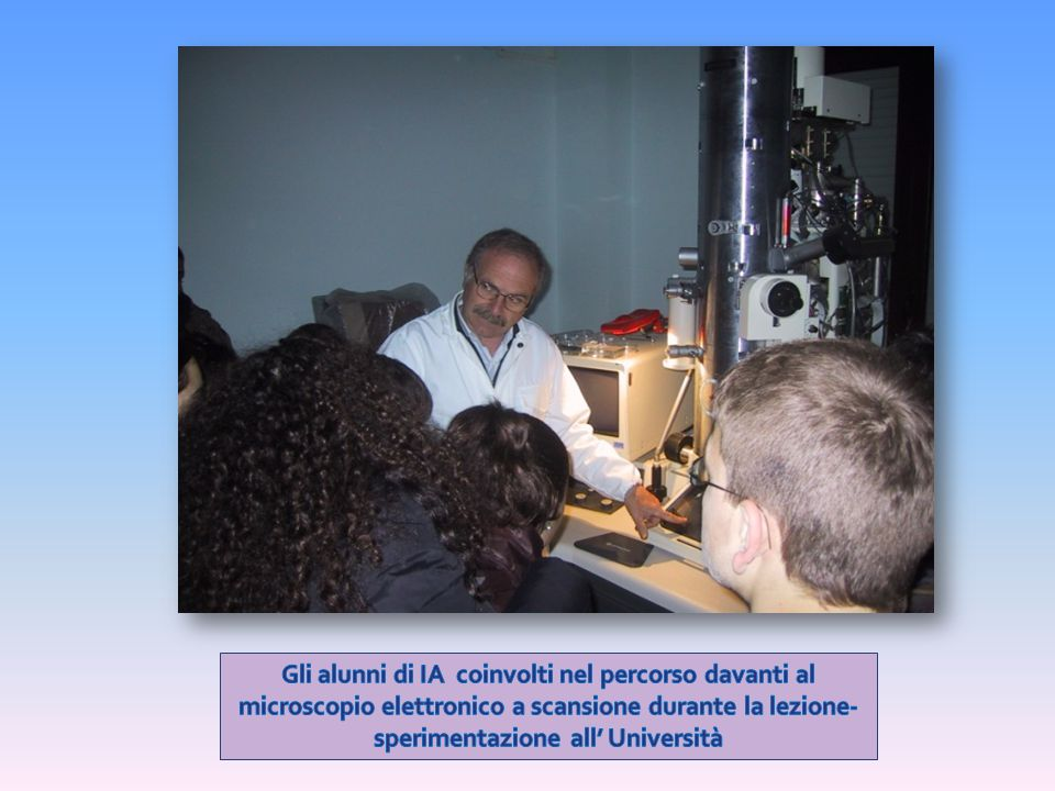 Gli alunni di IA coinvolti nel percorso davanti al microscopio elettronico a scansione durante la lezione-sperimentazione all' Università