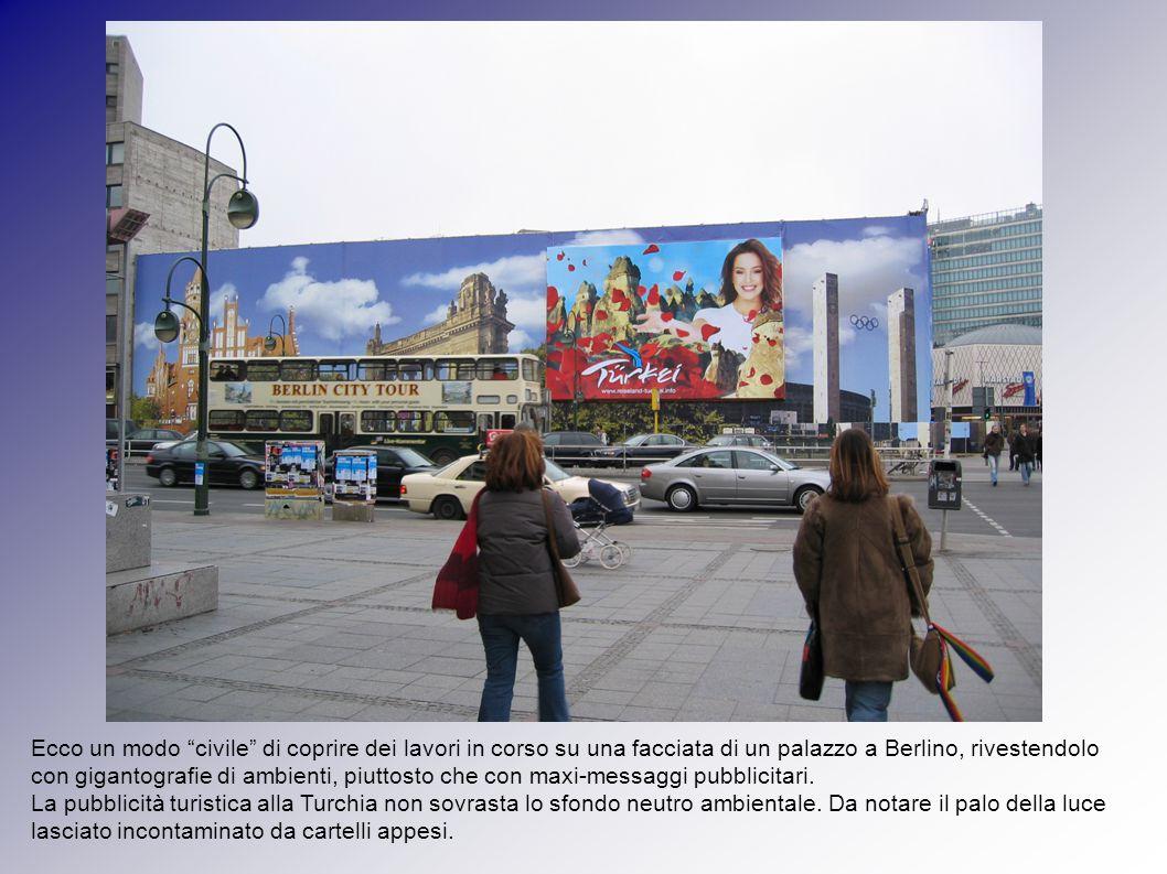 Ecco un modo civile di coprire dei lavori in corso su una facciata di un palazzo a Berlino, rivestendolo con gigantografie di ambienti, piuttosto che con maxi-messaggi pubblicitari.