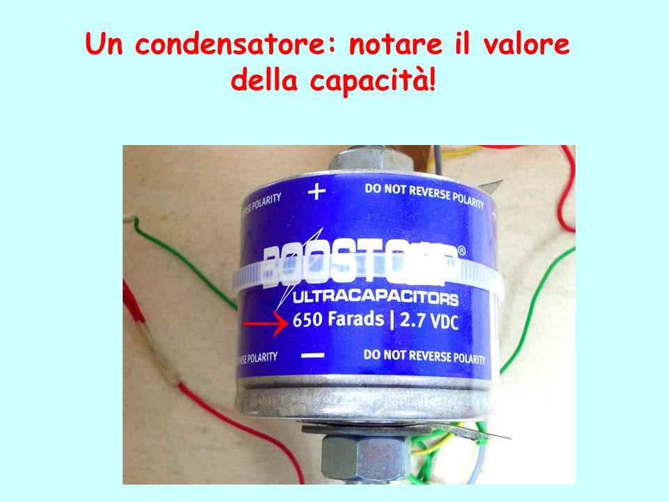 Un condensatore: notare il valore