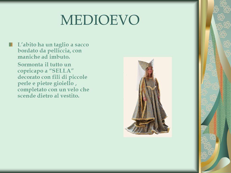 MEDIOEVO L'abito ha un taglio a sacco bordato da pelliccia, con maniche ad imbuto.
