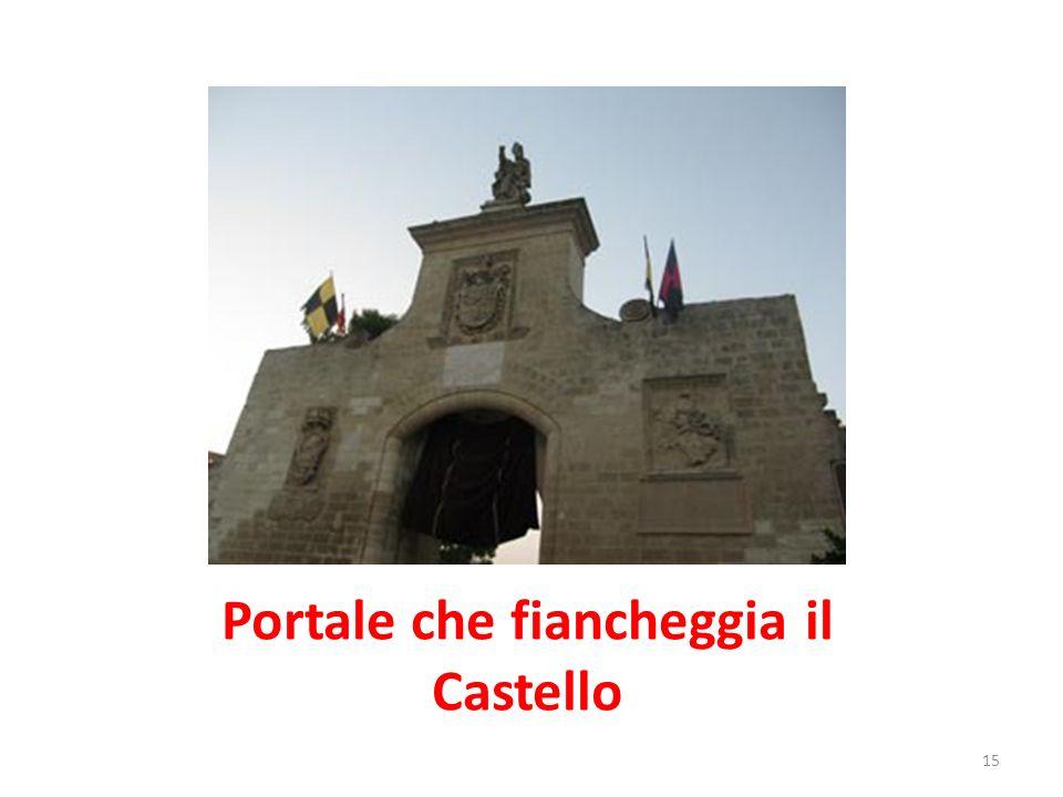 Portale che fiancheggia il Castello
