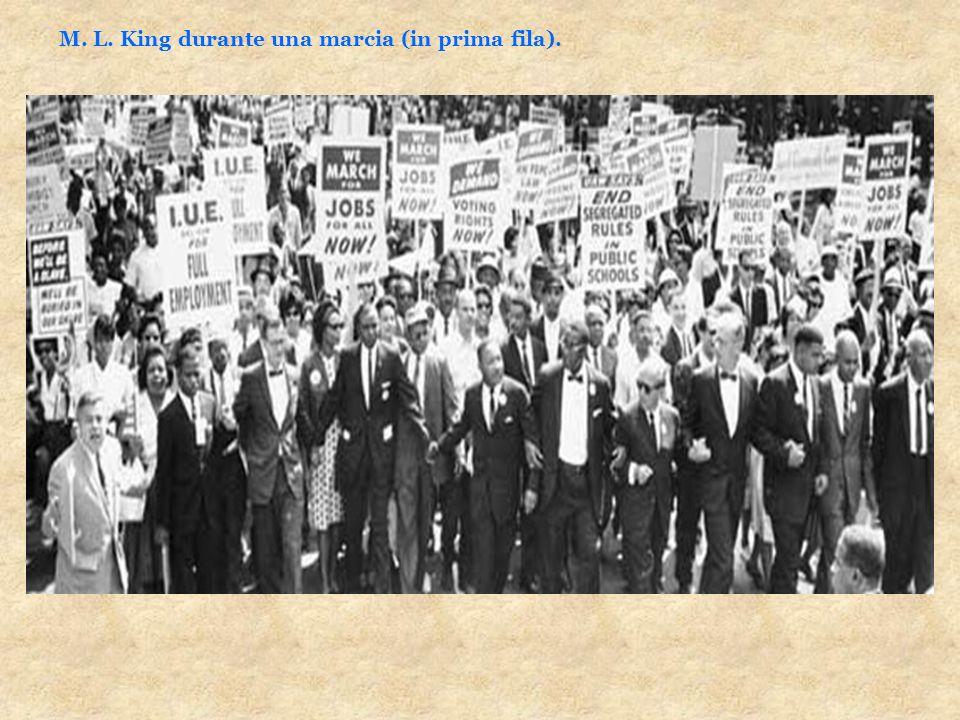 M. L. King durante una marcia (in prima fila).