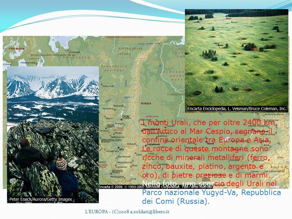 I monti Urali, che per oltre 2400 km, dall'Artico al Mar Caspio, segnano il confine orientale tra Europa e Asia, Le rocce di queste montagne sono ricche di minerali metalliferi (ferro, zinco, bauxite, platino, argento e oro), di pietre preziose e di marmi. Nella foto, uno scorcio degli Urali nel Parco nazionale Yugyd-Va, Repubblica dei Comi (Russia).