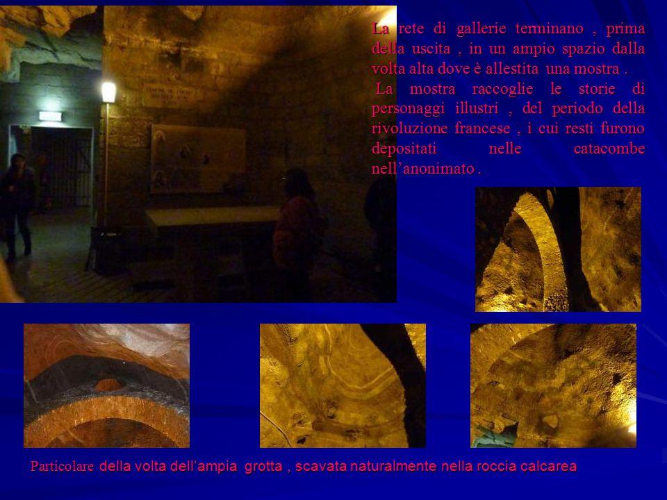 La rete di gallerie terminano , prima della uscita , in un ampio spazio dalla volta alta dove è allestita una mostra .