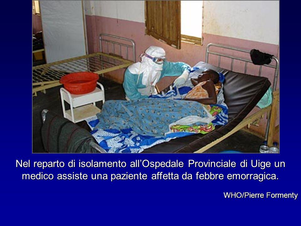 Nel reparto di isolamento all'Ospedale Provinciale di Uige un medico assiste una paziente affetta da febbre emorragica.