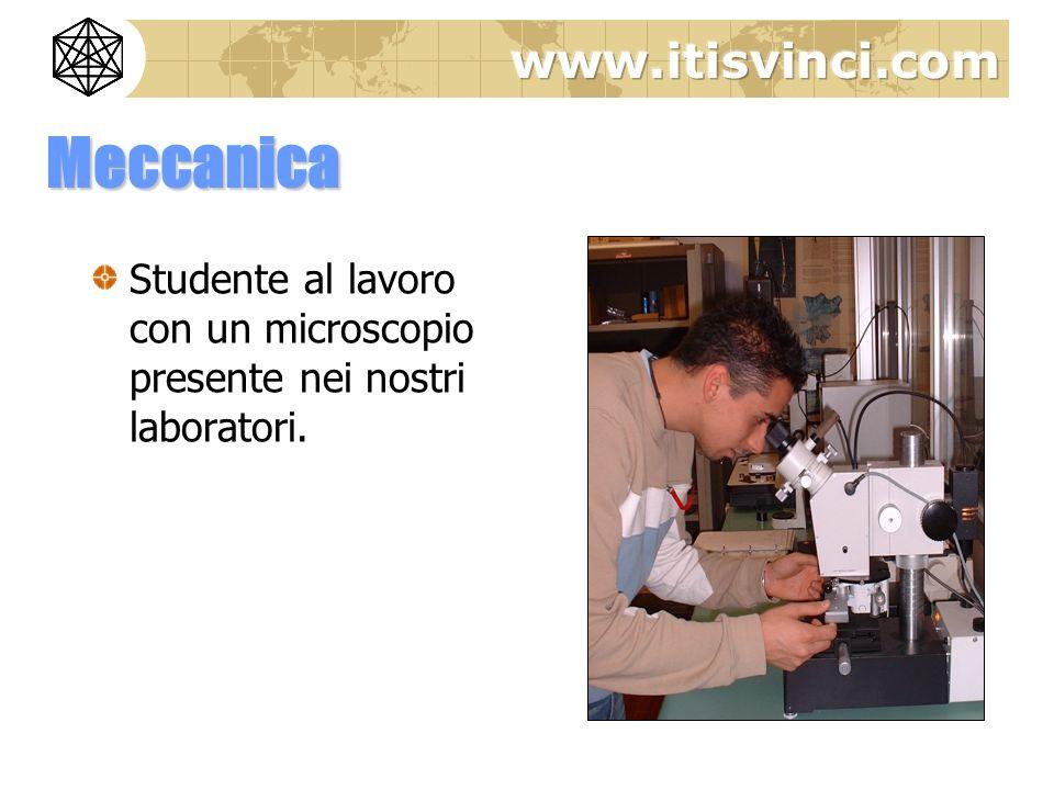Meccanica Studente al lavoro con un microscopio presente nei nostri laboratori.