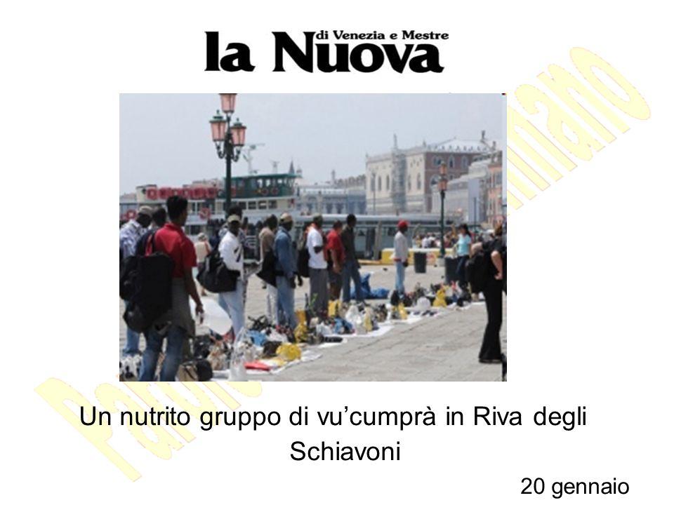 Un nutrito gruppo di vu'cumprà in Riva degli Schiavoni