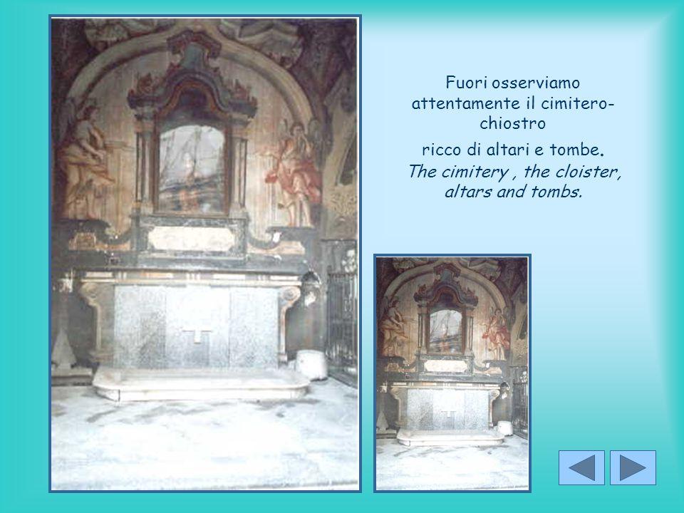 Fuori osserviamo attentamente il cimitero-chiostro ricco di altari e tombe.