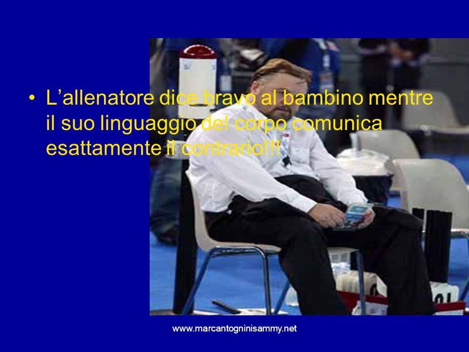L'allenatore dice bravo al bambino mentre il suo linguaggio del corpo comunica esattamente il contrario!!!