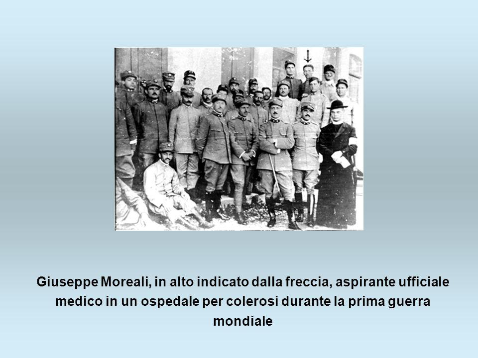 Giuseppe Moreali, in alto indicato dalla freccia, aspirante ufficiale medico in un ospedale per colerosi durante la prima guerra mondiale