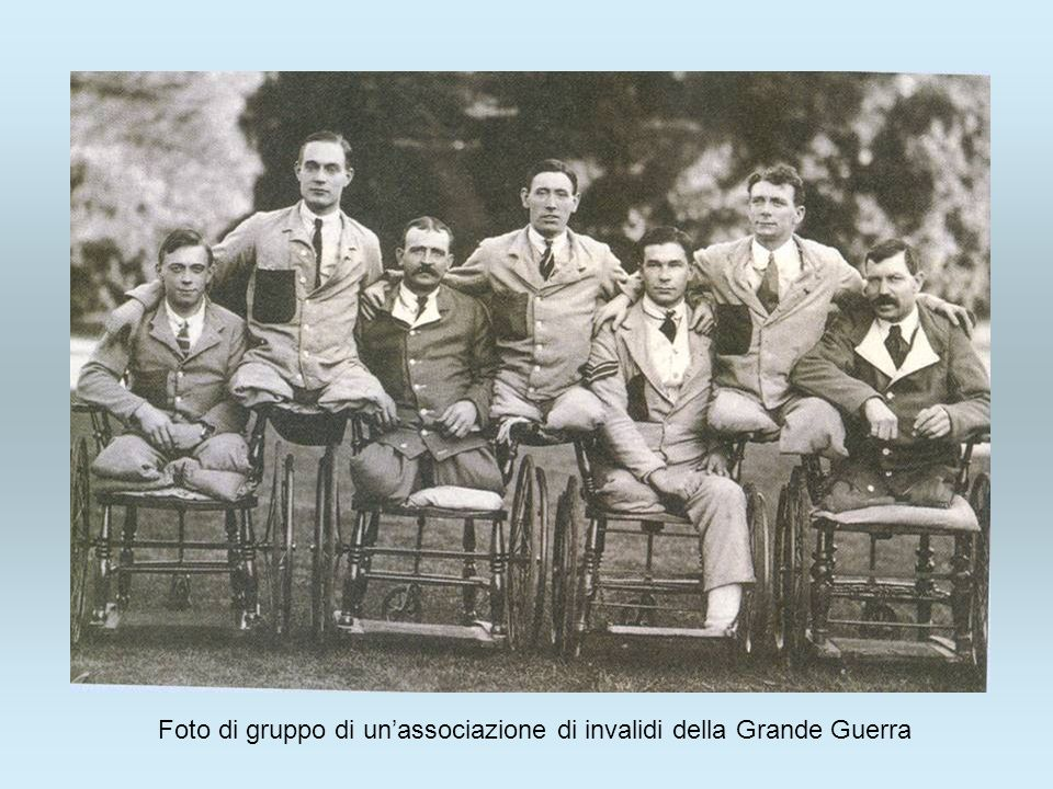 Foto di gruppo di un'associazione di invalidi della Grande Guerra