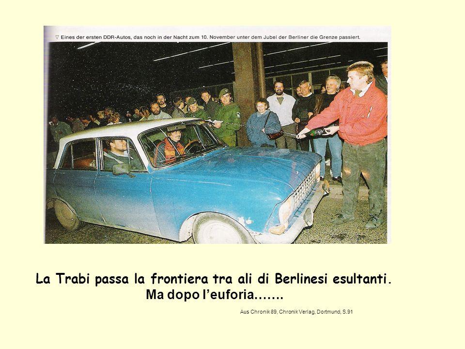 La Trabi passa la frontiera tra ali di Berlinesi esultanti.