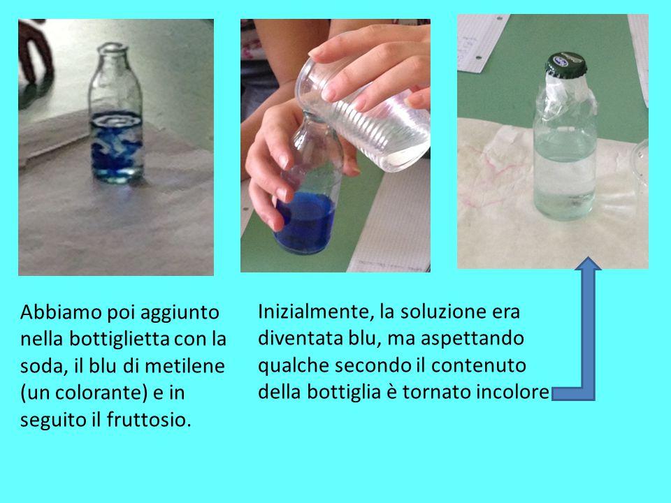 Abbiamo poi aggiunto nella bottiglietta con la soda, il blu di metilene (un colorante) e in seguito il fruttosio.