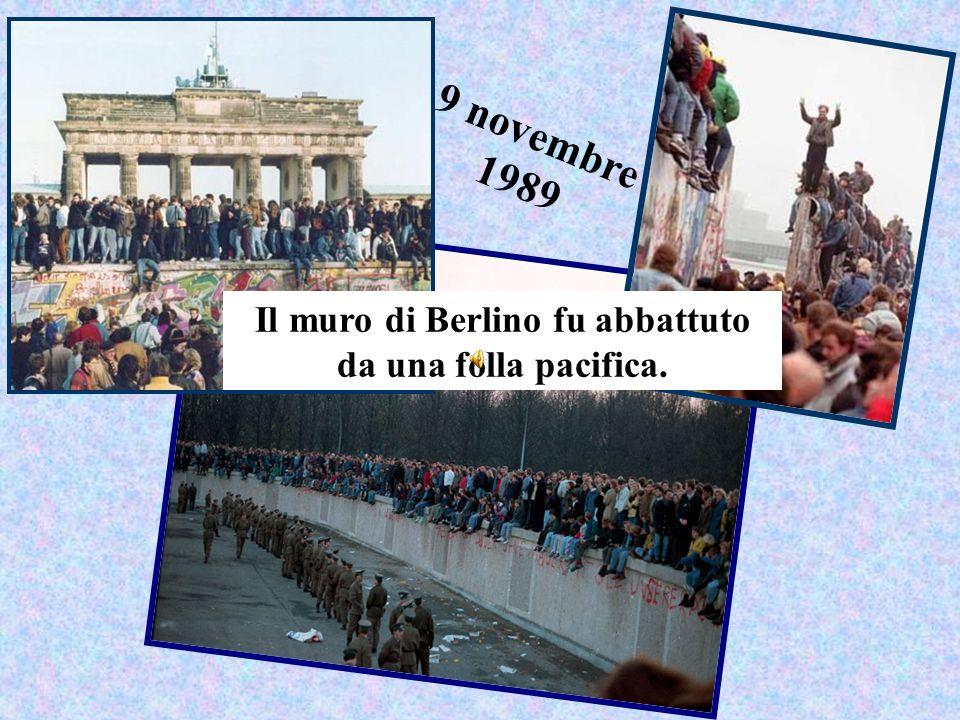 Il muro di Berlino fu abbattuto da una folla pacifica.
