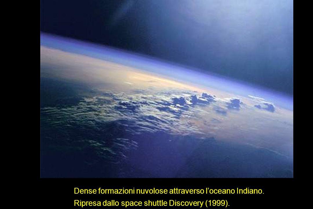 Dense formazioni nuvolose attraverso l'oceano Indiano.