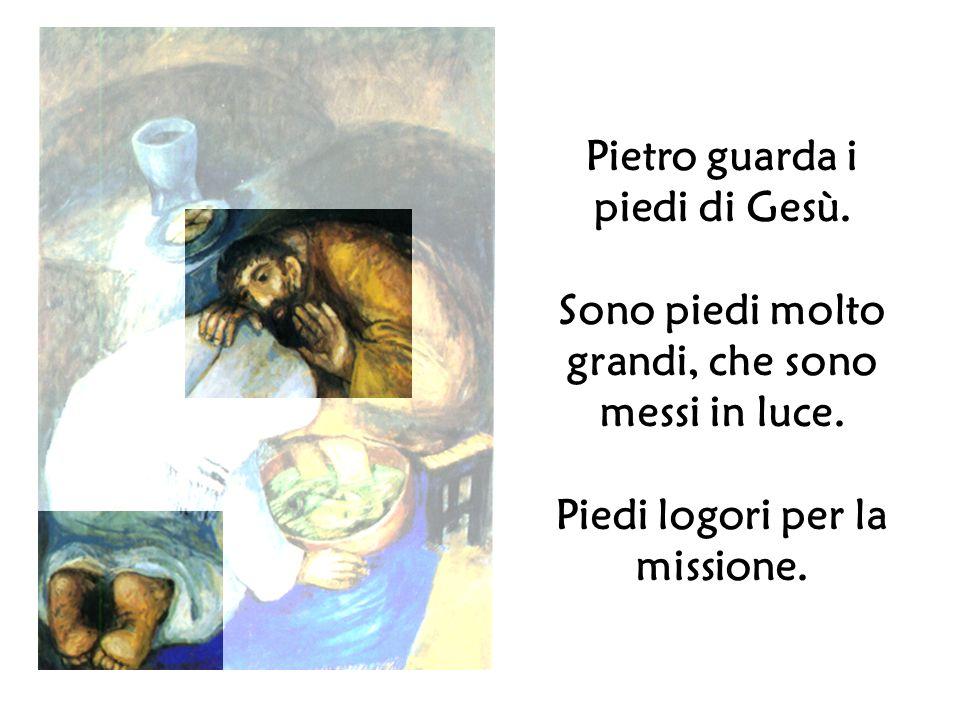 Pietro guarda i piedi di Gesù.