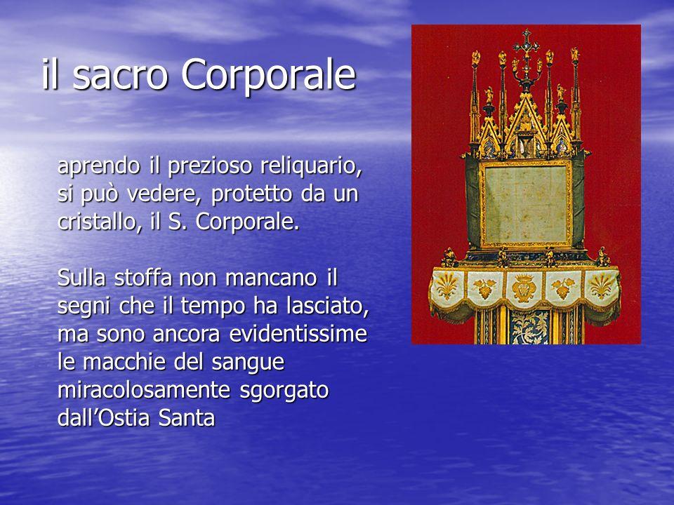 il sacro Corporaleaprendo il prezioso reliquario, si può vedere, protetto da un cristallo, il S. Corporale.